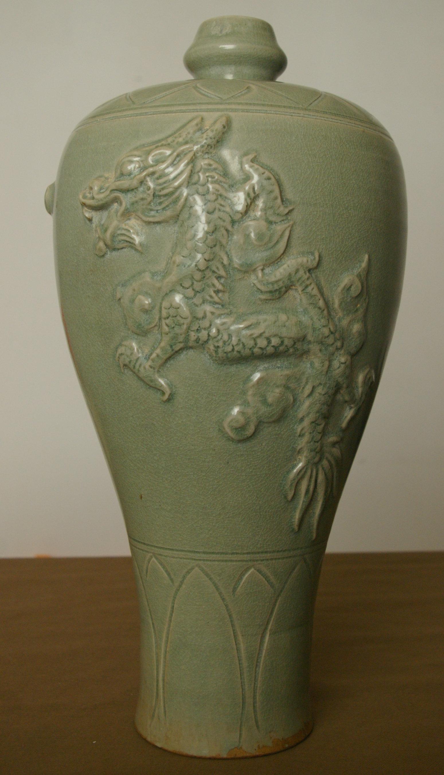 青釉雕龙梅瓶