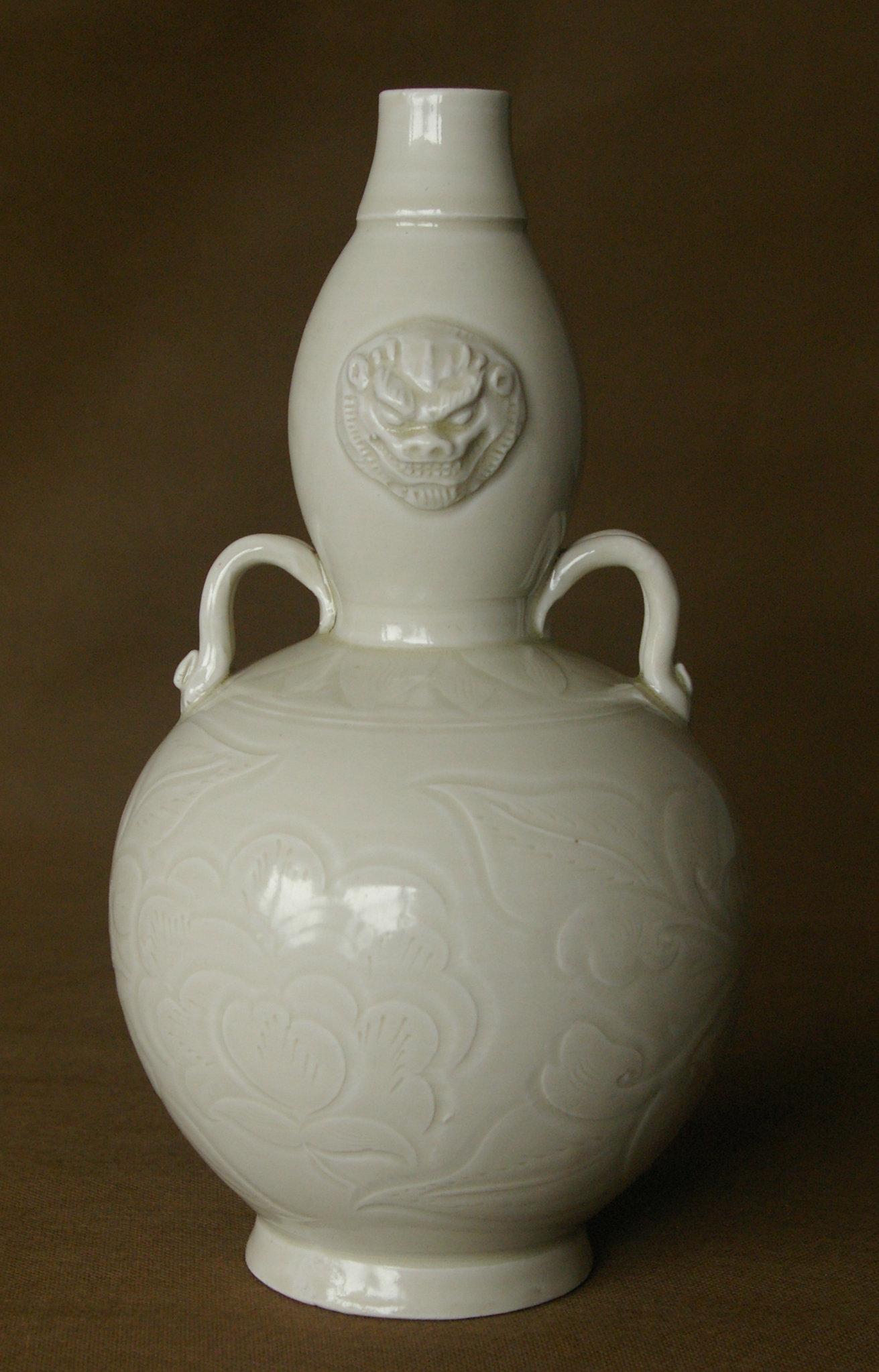 白釉双耳雕狮葫芦瓶