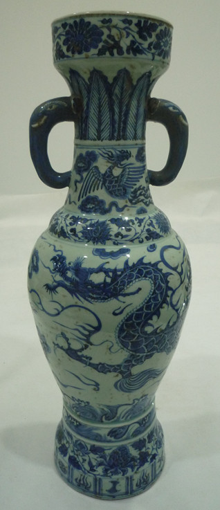 青花龙纹象耳瓶