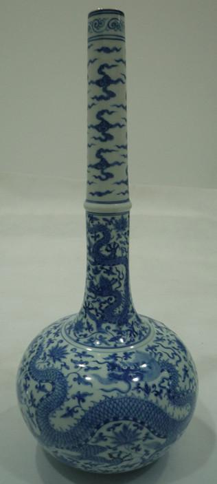 青花龙纹长管瓶