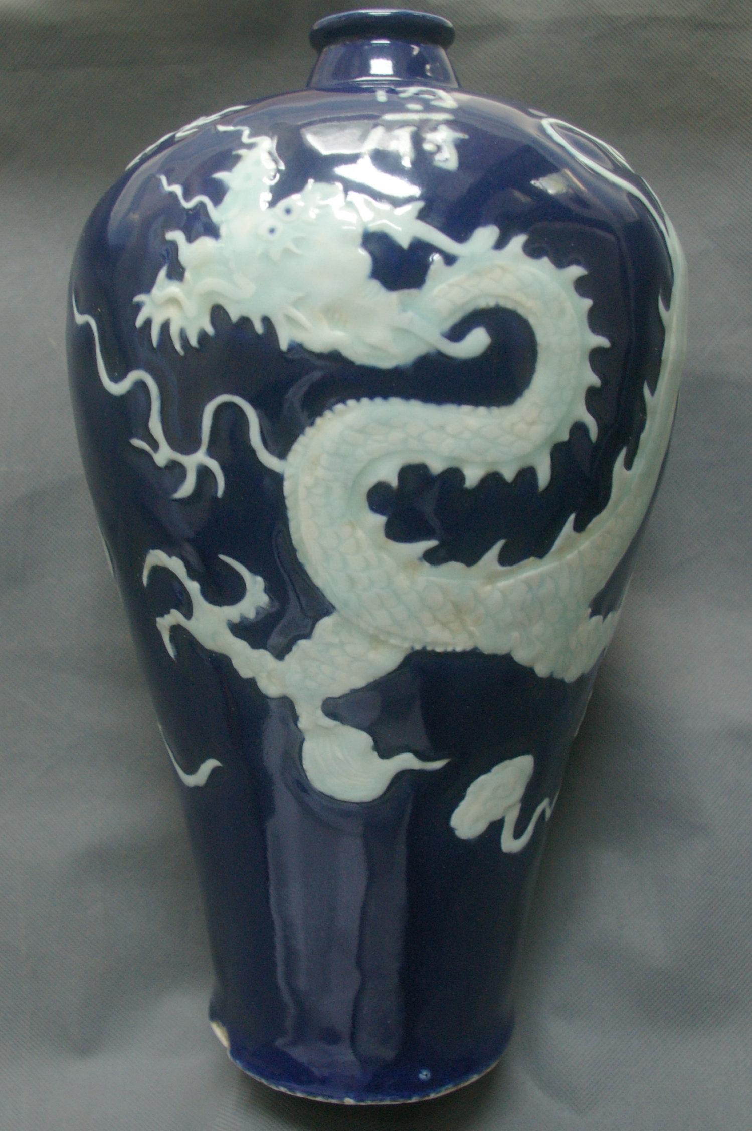内府款蓝釉白龙纹梅瓶