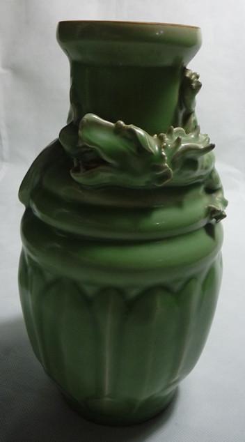 龙泉窑莲瓣纹盘龙罐
