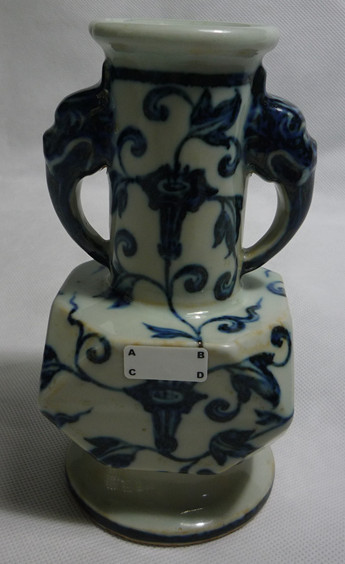 青花象耳四方倭角瓶