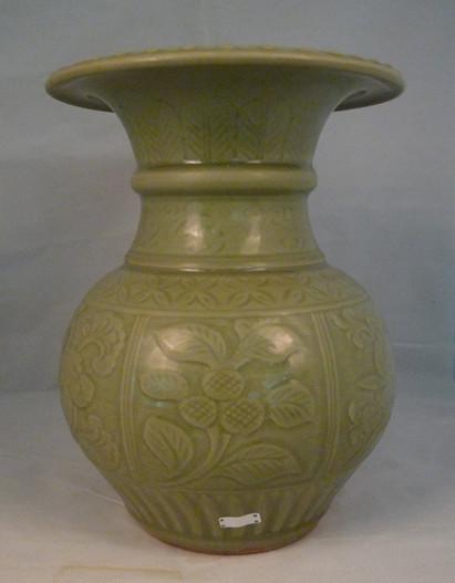 龙泉窑花卉纹石榴尊