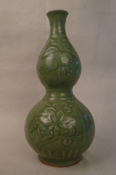 龙泉窑花卉纹葫芦瓶