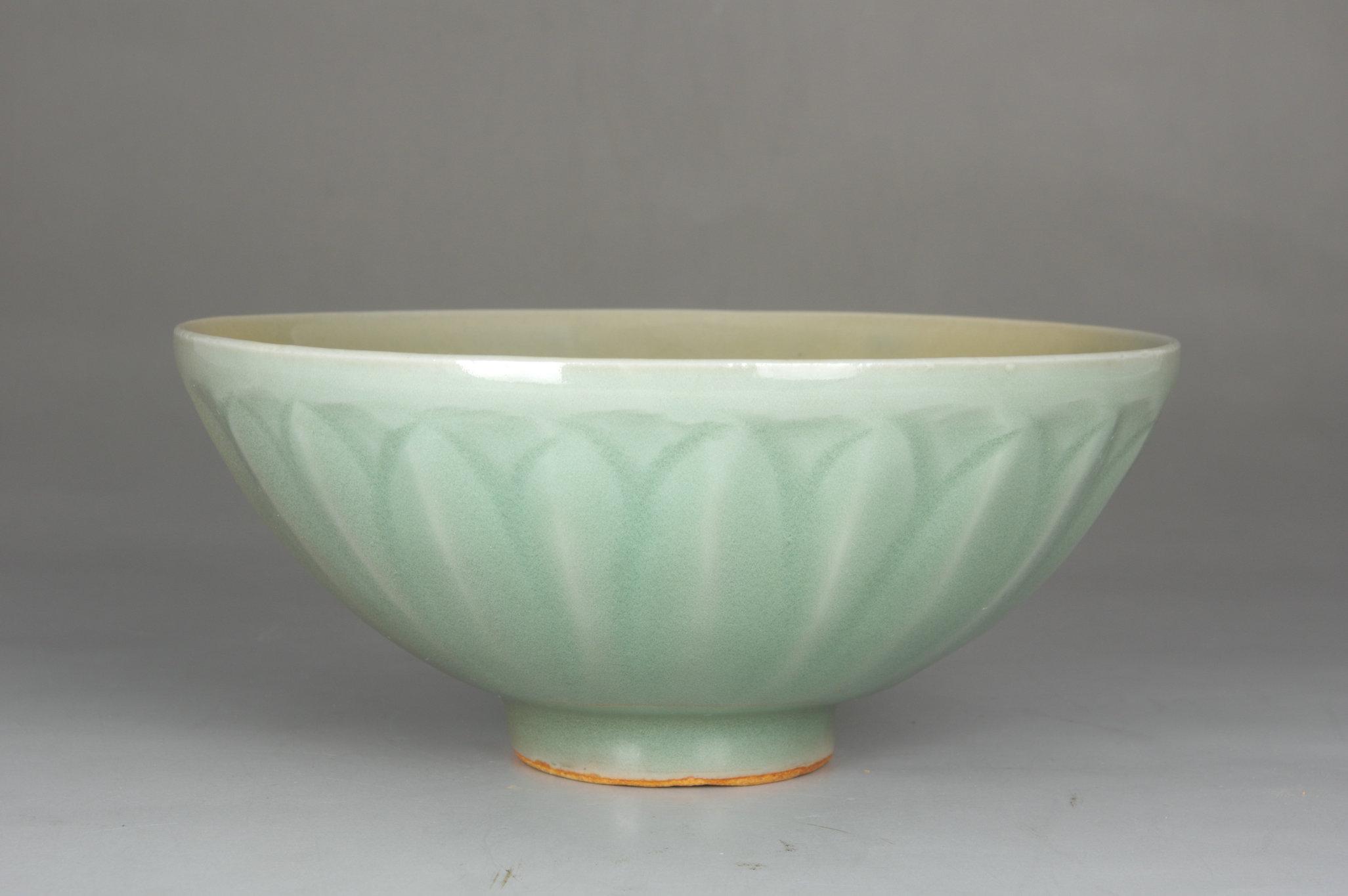 龙泉莲瓣纹碗