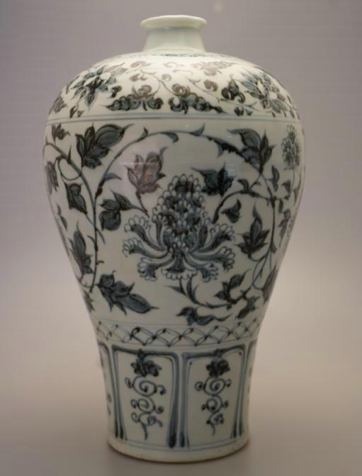 青花缠枝花卉纹梅瓶