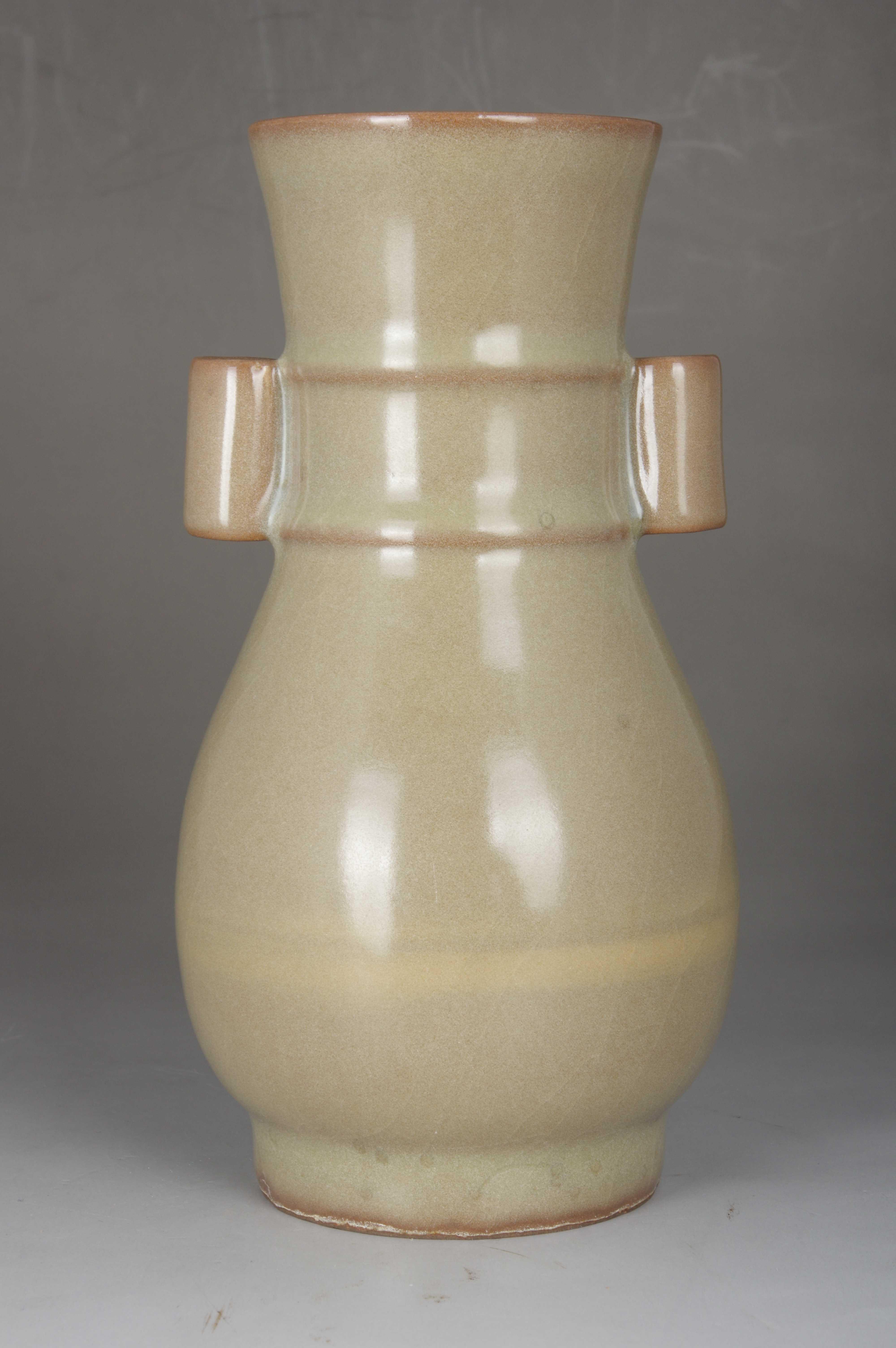 青釉贯耳瓶