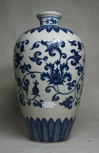 青花花卉纹梅瓶